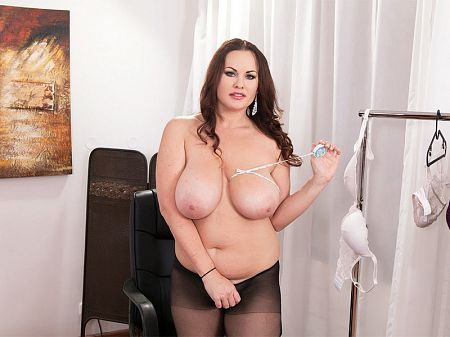 Ellis Rose - Ellis Finds A Bra That Fits Her Big Tits