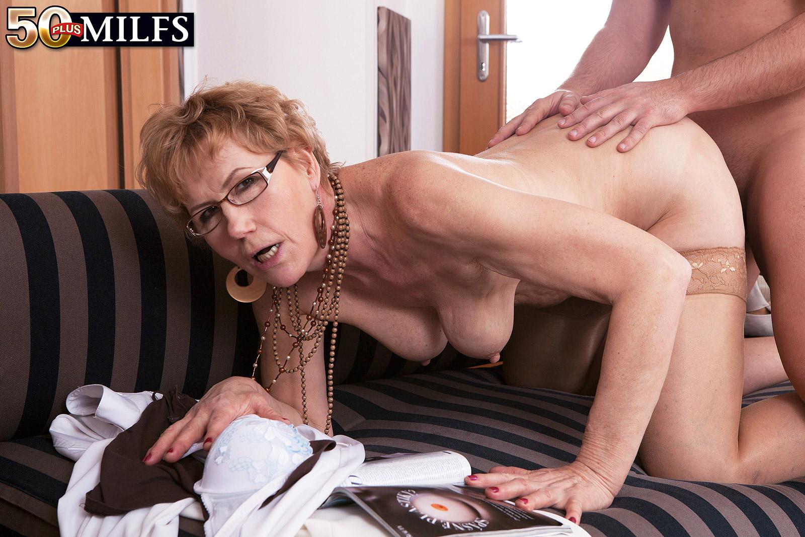 Сочные задницы зрелую мадам трахают в очко онлайн пассива грубо
