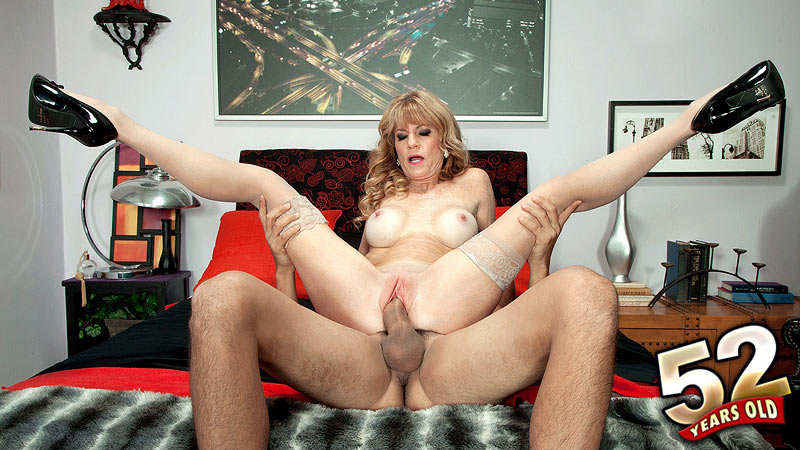 Dirty Talking Milf Masturbates
