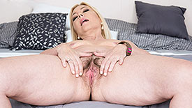 Justine - Solo MILF video screenshot 3