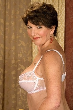 Bea Cummins - MILF model