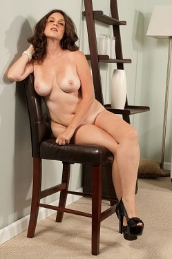 Gillian Sloan - MILF model