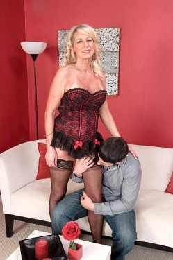 Nikki Chevious - MILF model