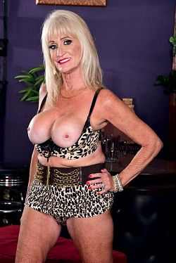 Leah L'Amour - MILF model