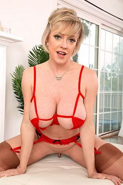 Dee Williams - MILF model