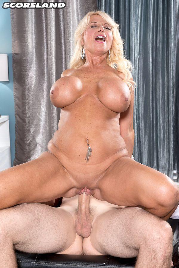 Mature Big-breasted Sex-bomb