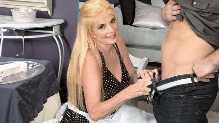 Charlie - XXX Granny video