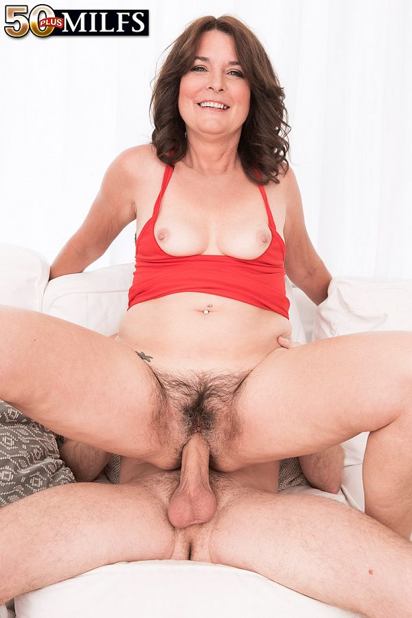 Mom with hairy pussy breaks her XXX cherry