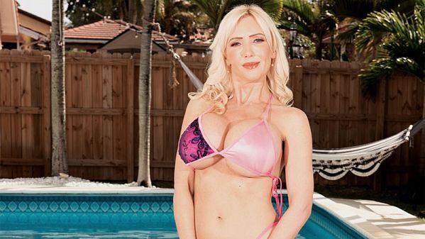 Victoria Lobov: Sexy Bikini Babe