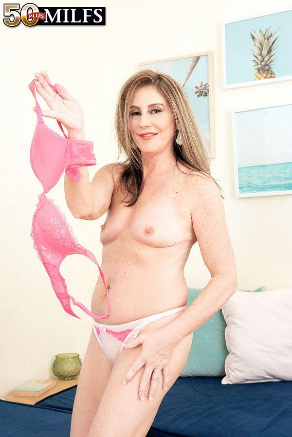 Meet Arianna Steele, anal MILF
