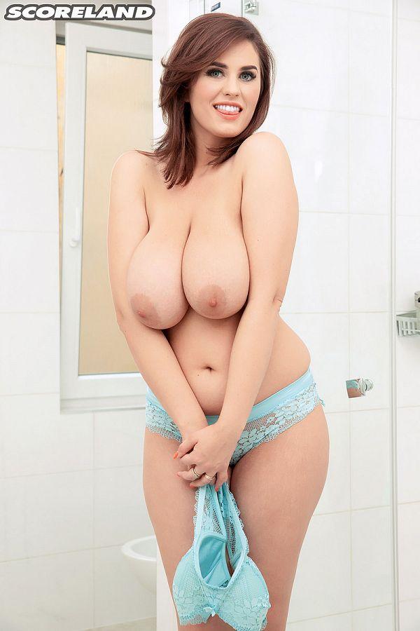 Alexsis Faye: Busty Bathing Beauty In The Buff