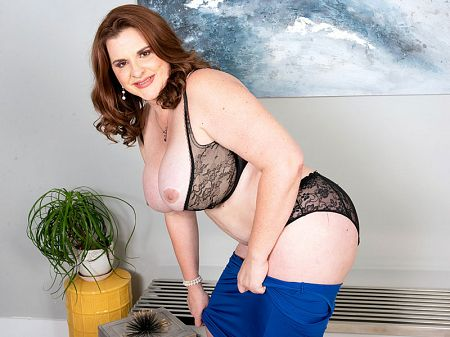 A full-bodied MILF for you to enjoy