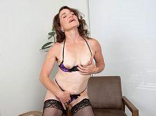 Deep-fingering MILF - סרטי סקס