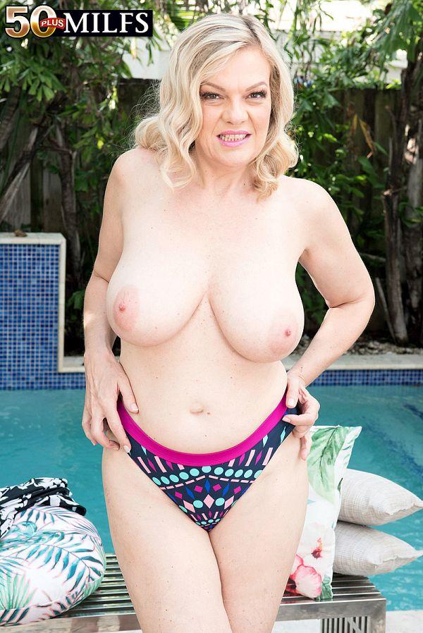 Lena Lewis: poolside poontang