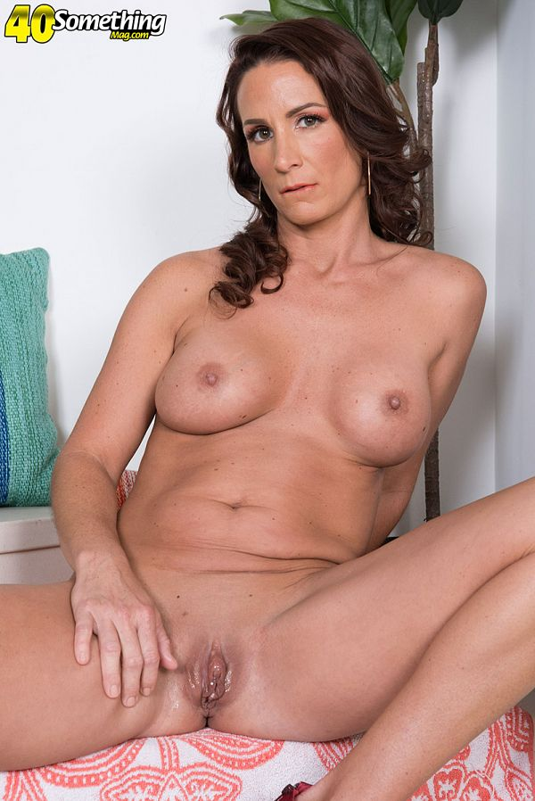 Quiet housewife, all holes bared