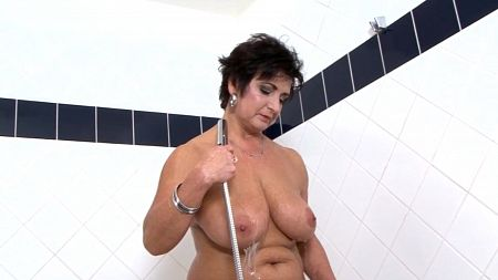 Behind the scenes with a showering MILF