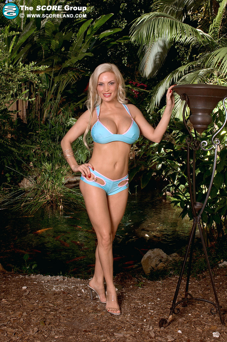big breasted frau im bikini